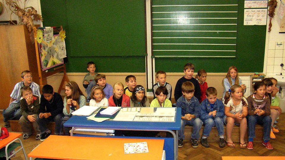 Školáci ze Semína zazpívali pro posluchače Posvícení písničku, jejíž text vznikl na melodii Pavla Dobeše na minulé škole v přírodě v Krkonoších
