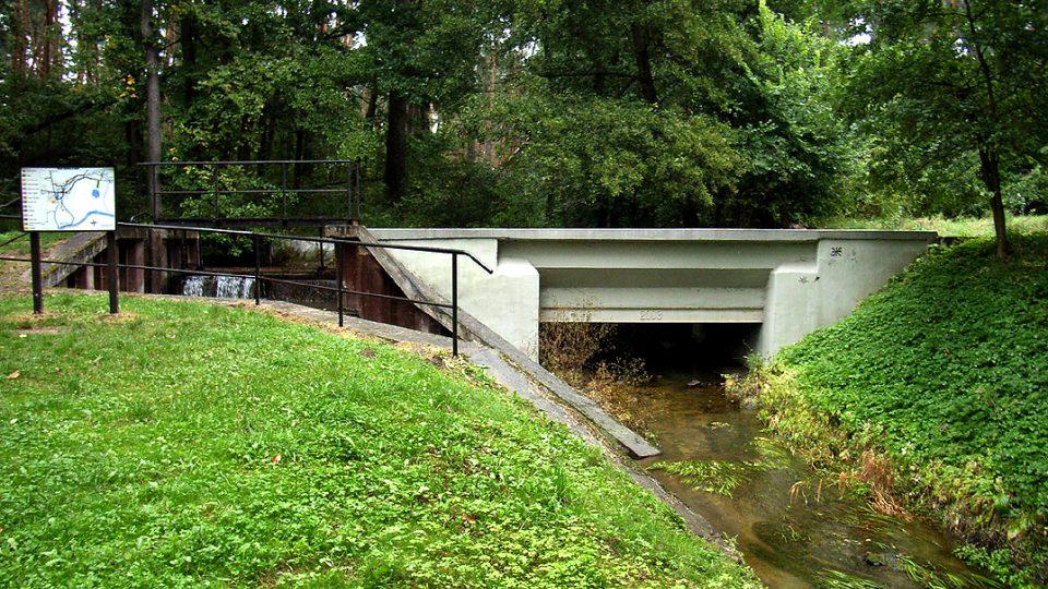 Voda v Opatovickém kanálu teče přes spodní Sopřečský potok zvaný Mulda při mimoúrovňovém křížení v Semínském aquaduktu