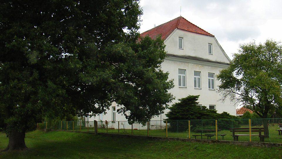 Základní škola  prvního stupně v Semíně už měla před čtvrt stoletím namále, k radosti místních se ji ale podařilo zachránit