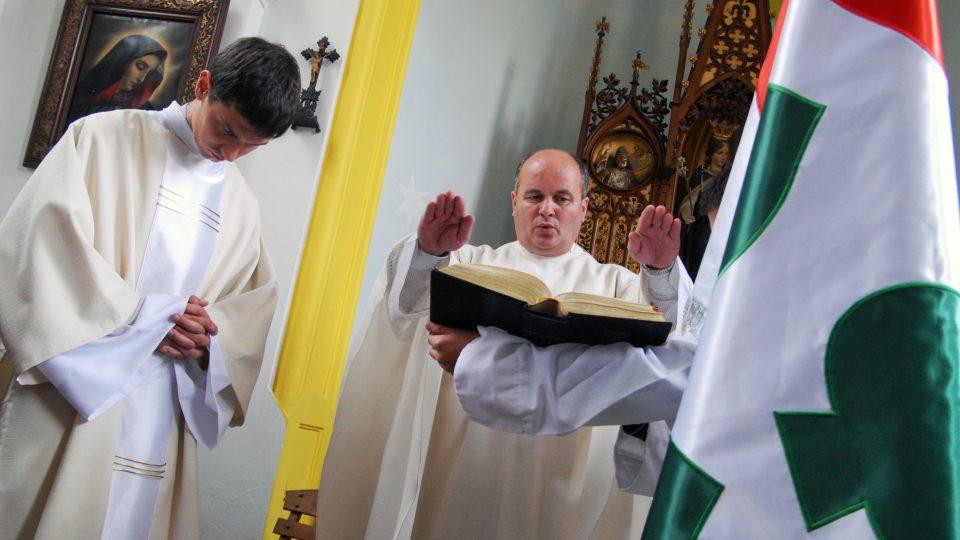V Ostřešanech při tradičním posvícení vysvětili letos schválený obecní prapor