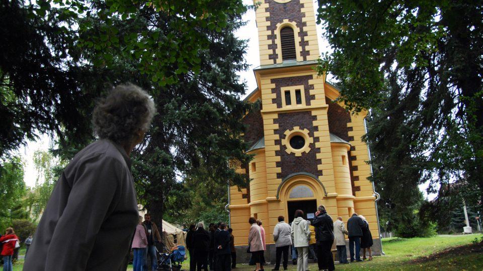 V Ostřešanech při tradičním posvícení vysvětili obecní prapor v kapli Panny Marie z roku 1898