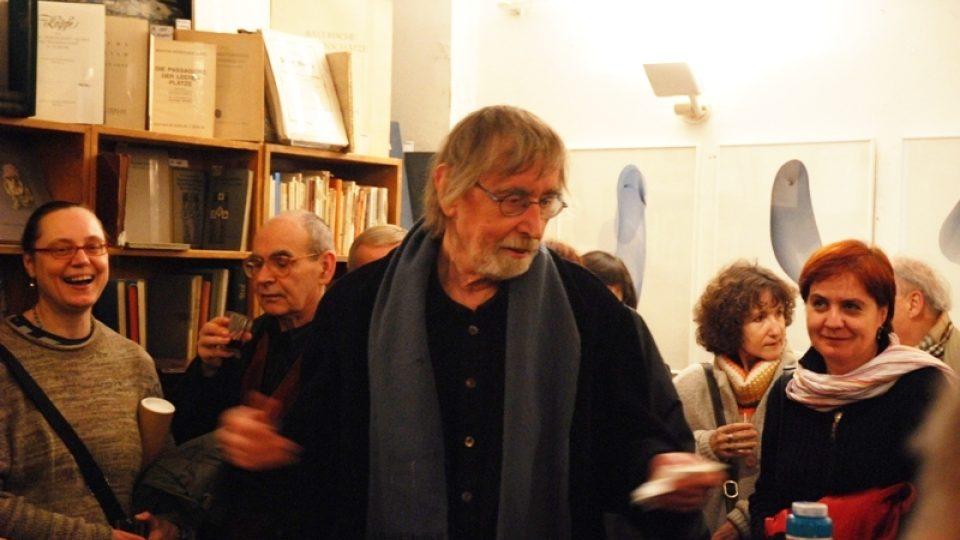 Vernisáž výstavy 65 Olafa Hanela v Galerii Ztichlá klika