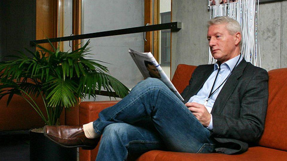 Ladislav Špaček si pročítá noviny