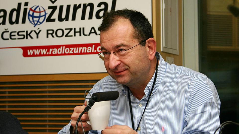 Cyril Höschl s hrnkem kávy