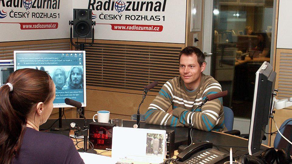 Tomáš Kraus ve studiu Radiožžurnálu