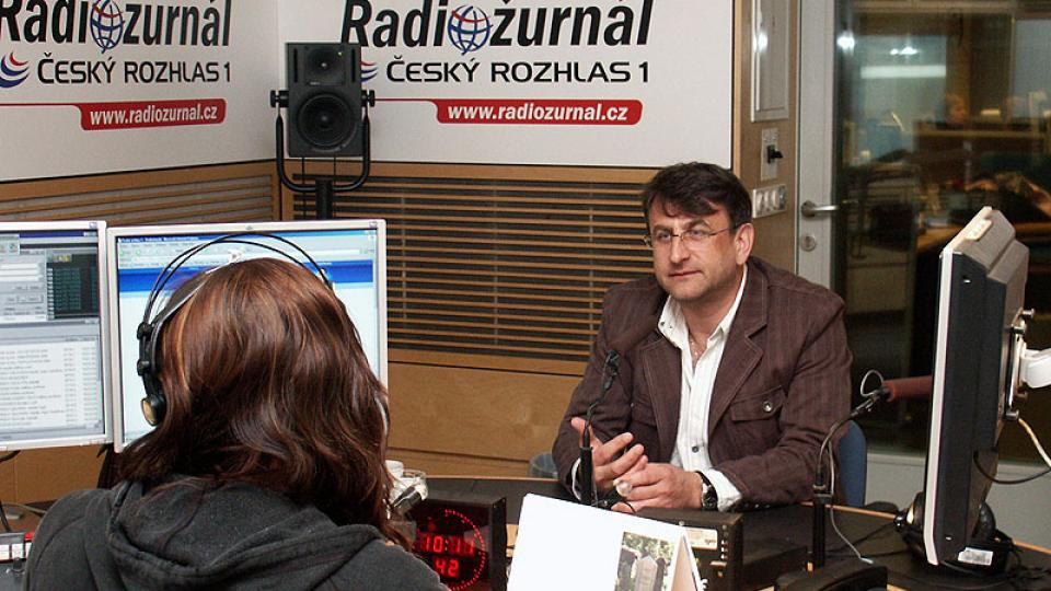 Jindřich Böhm ve studiu Radiožurnálu