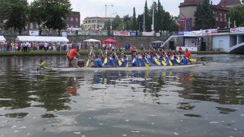 Posádka Českého rozhlasu Hradec Králové při závodech na dračích lodích