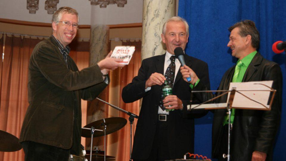 Autor knihy vlevo,  Josef Rambousek g.ř. Lázní Poděbrady a Niroslav Dittrich