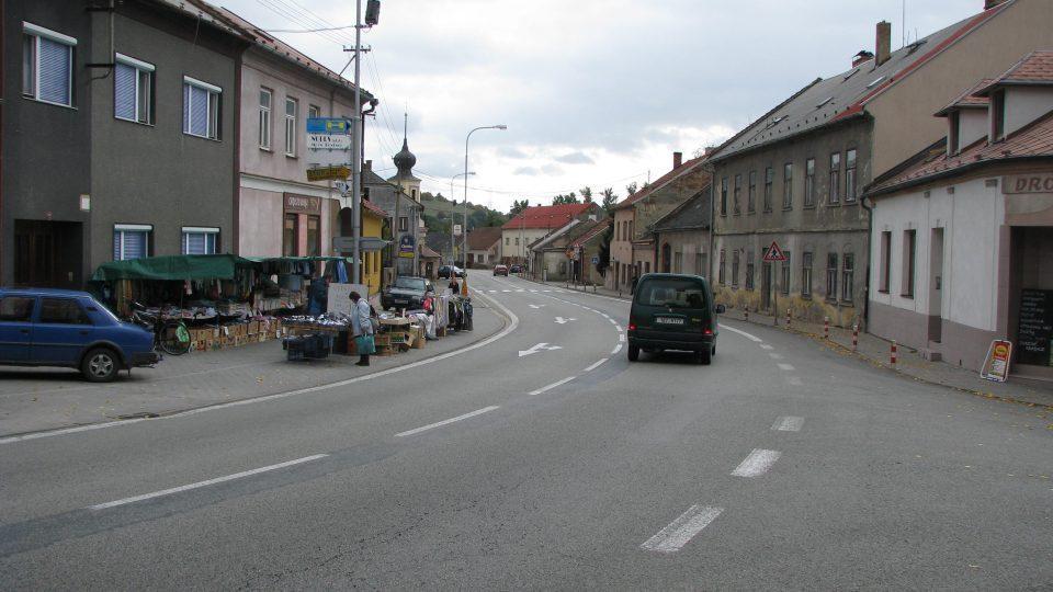 Velmi problematická silnice 1. třídy č.43 vede centrem Brněnce