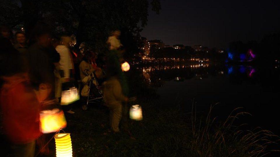 Lidé s lampiony lemují břeh Labe a čekají na ohňostroj