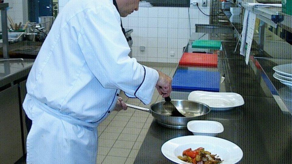 Rybu opatrně servírujeme do hlubokého talíře s pomocí speciální naběračky tak, aby se křehké maso nerozpadlo
