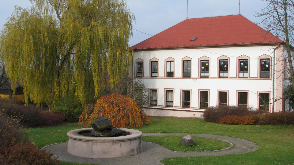 Hornoředická škola je stará více jak stotřicet let. Před ní stojí fontána od františka Juračky