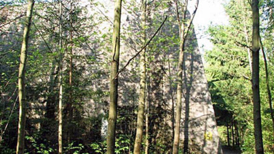 Bunkr mezi stromy