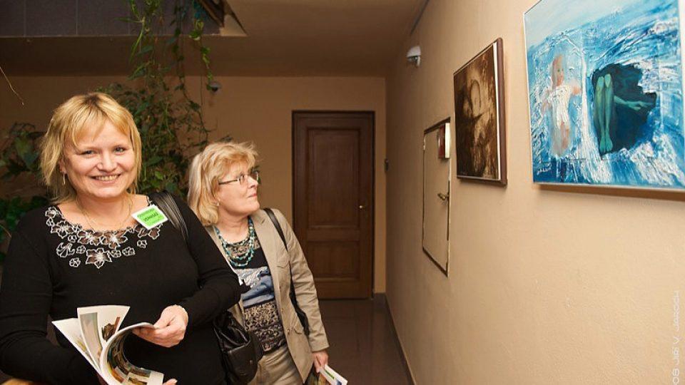 """Výstava """"Výtvarníci proti týrání žen a dětí""""."""
