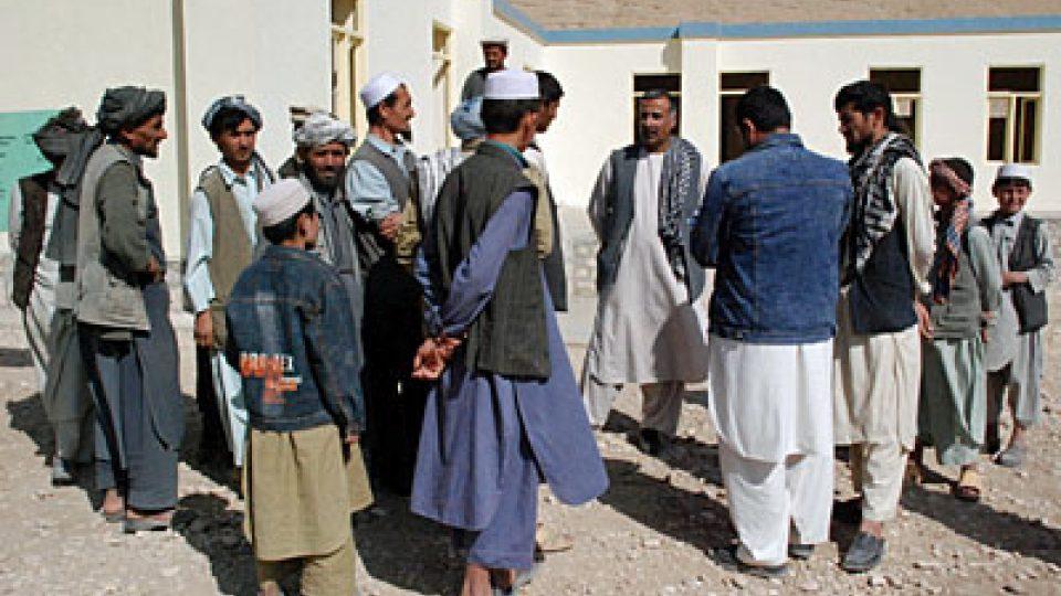 Vesničané před novou školou