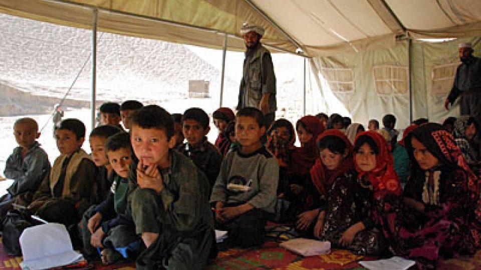 Afghánští žáci ve stanu