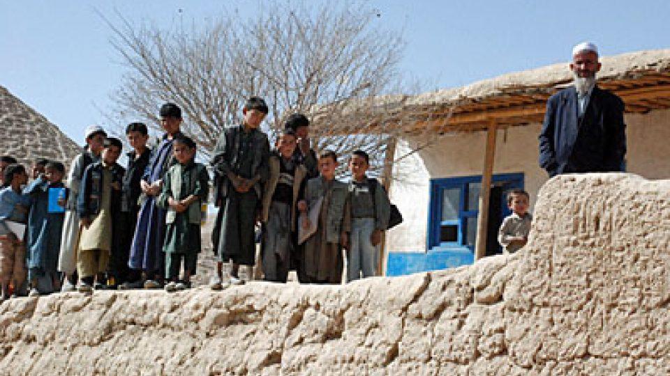 Žáci před novou školou