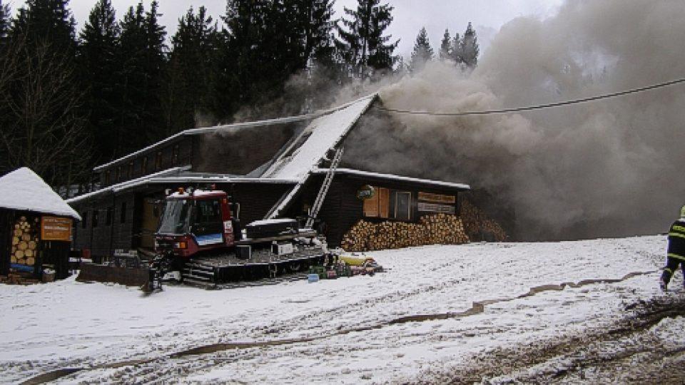 Požár horské chaty v Beskydech