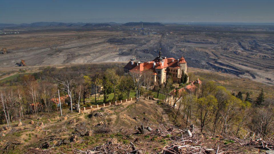Severozápadní pohled na zámek, v pozadí velkolom ČSA