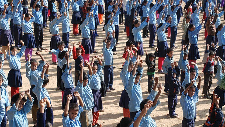 nepálské děti ve školních stejnokrojích