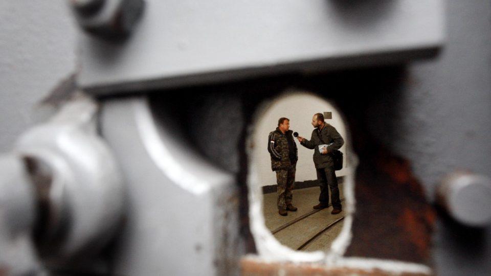 Průhled protiplynovými vraty v pevnosti Hůrka