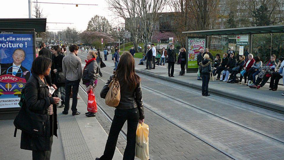Lidé ve štrasburku vyhlížejí tramvaj