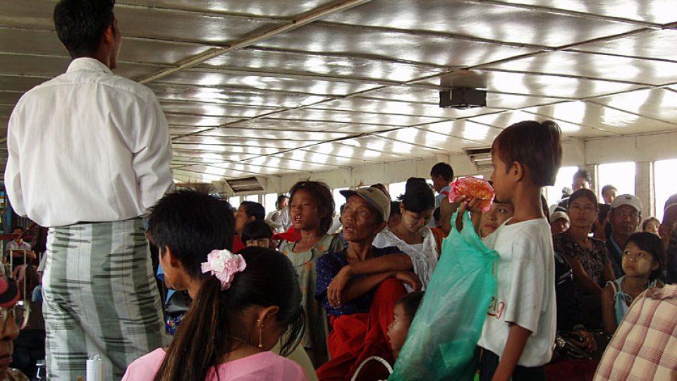 Uvnitř trajektu na řece Rangún
