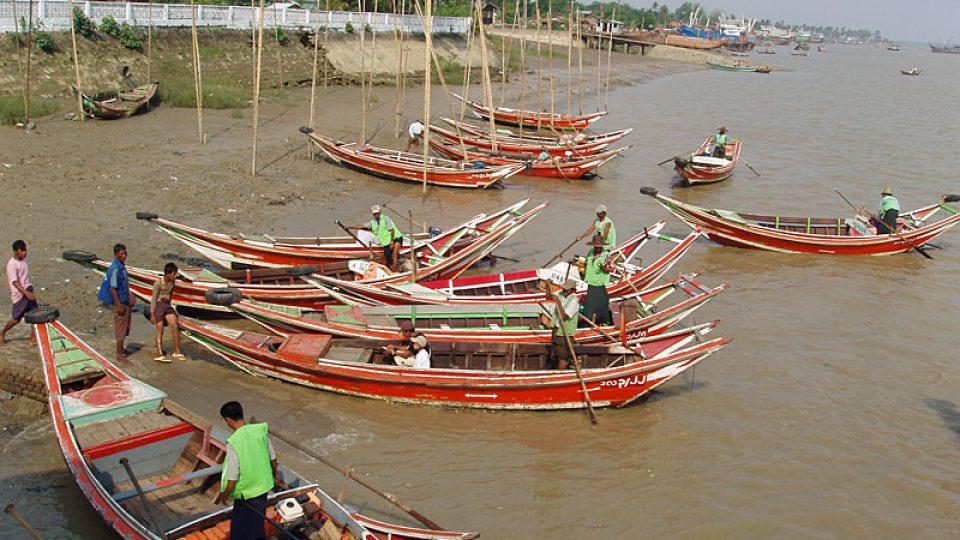 Lodě na řece Rangún