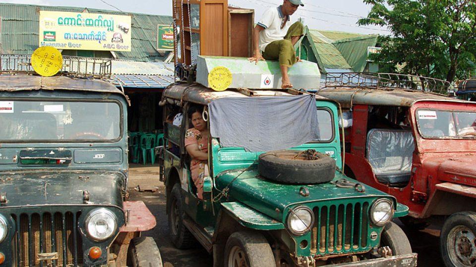 Jeepy čekající na zákazníky