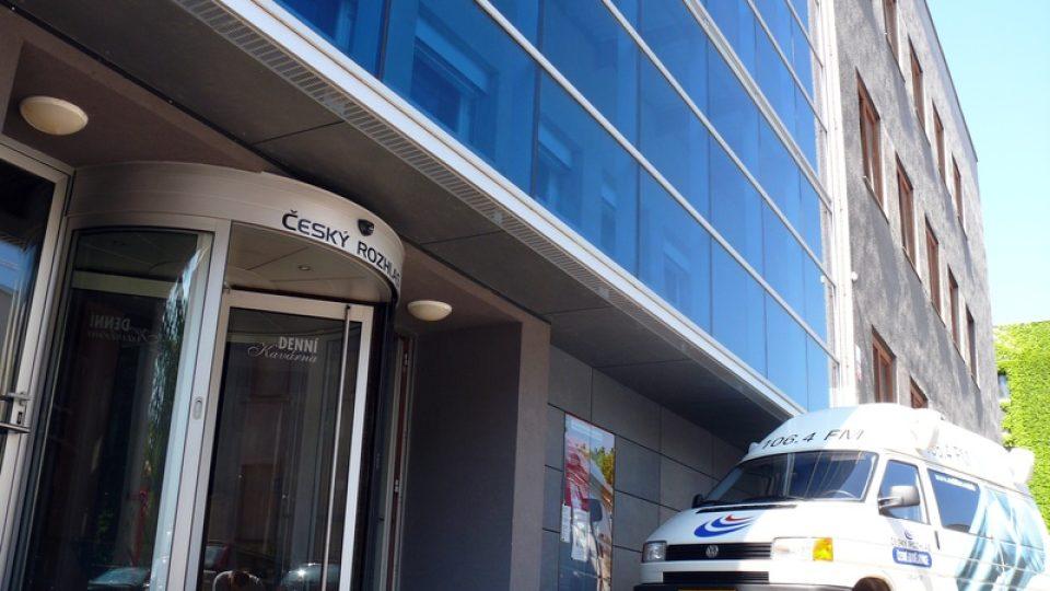 Přenosový vůz před budovou rozhlasu
