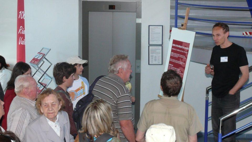 Šéfredaktor Libor Soukup vítá první návštěvníky dne otevřených dveří