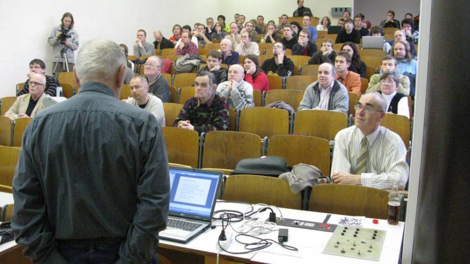 Posluchárna FEL ČVUT, v popředí organizátor Fyzikálních čtvrtků Doc. Karel Malinský