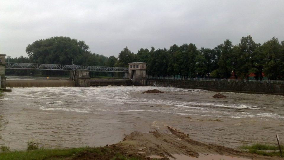 Velká voda zaplavila staveniště pod Jiráskovým jezem na Vltavě