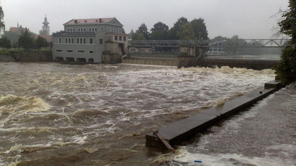 Rozvodněná Vltava zatopila stavbu obratiště lodí pod Jiráskovým jezem v Českých Budějovicích