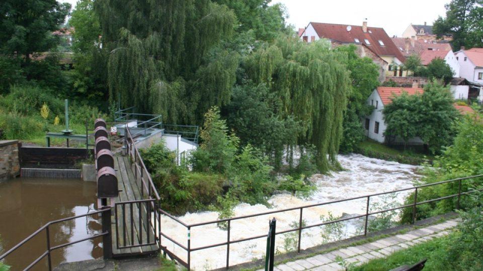 Odtok z odbahněného rybníka Mnich v Netolicích