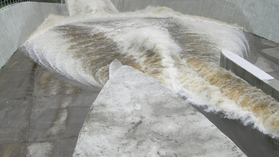 Odpouštění vody z Římovské přehrady na řece Malši