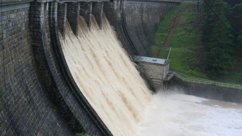 Přetékající Husinecká přehrada na řece Blanici