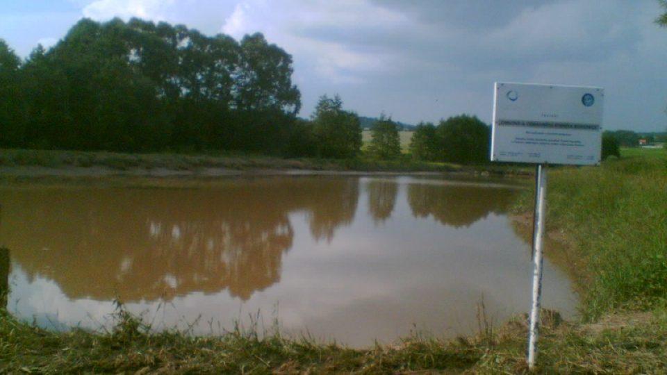 Rybáři upustili Bohunický rybník na polovinu