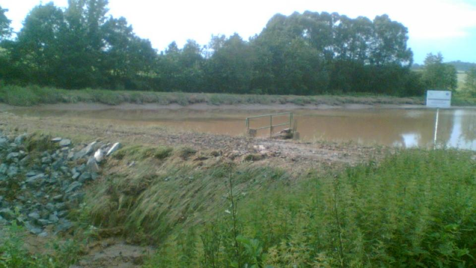 Podmáčená hráz Bohunického rybníka