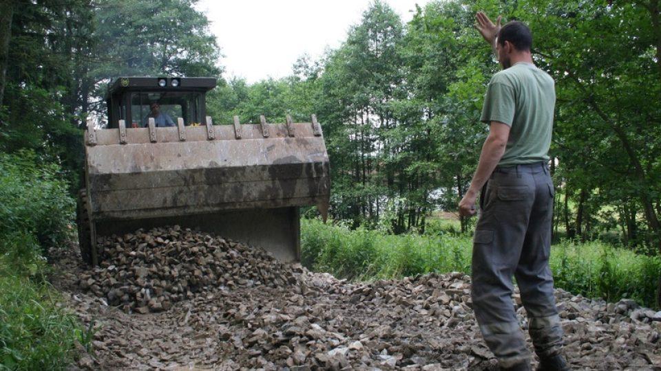 Hasiči zpevňují příjezdovou komunikaci k rybníku v Bohunicích