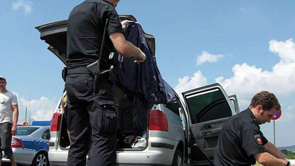 Němečtí policisté při prohlídce osobních věcí