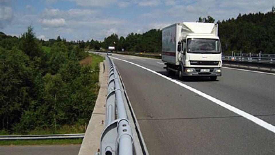 Doprava na dálničním mostě u Slavníče