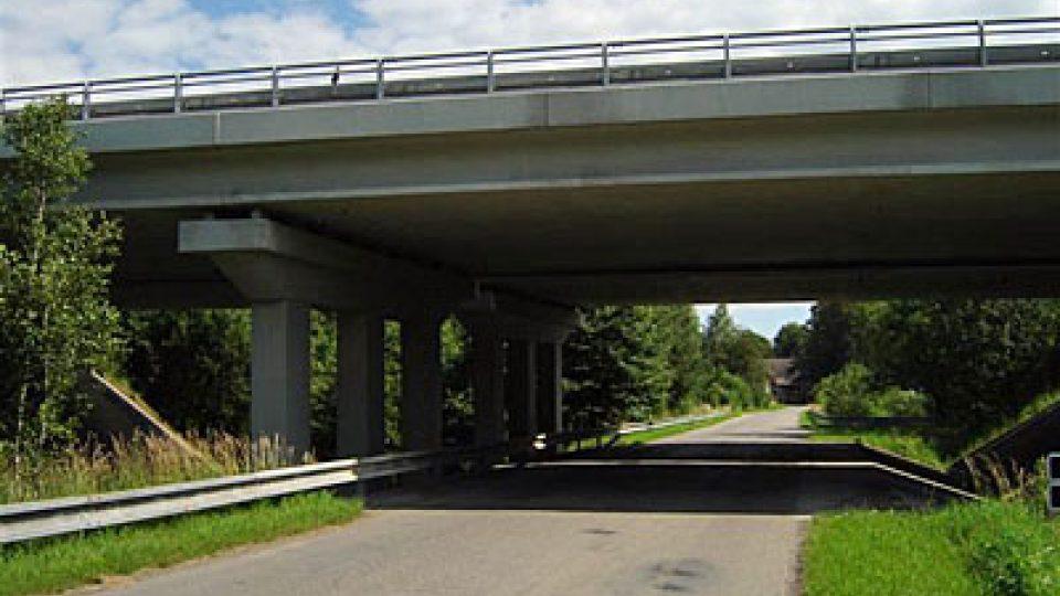 K dálničnímu mostu u Slavníče