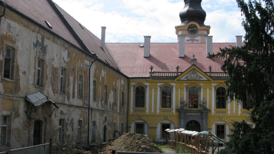 Opravované jižní křídlo děčínského zámku (červenec 2009)