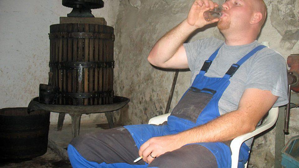 Vinař Jural zapíjí borovičkou