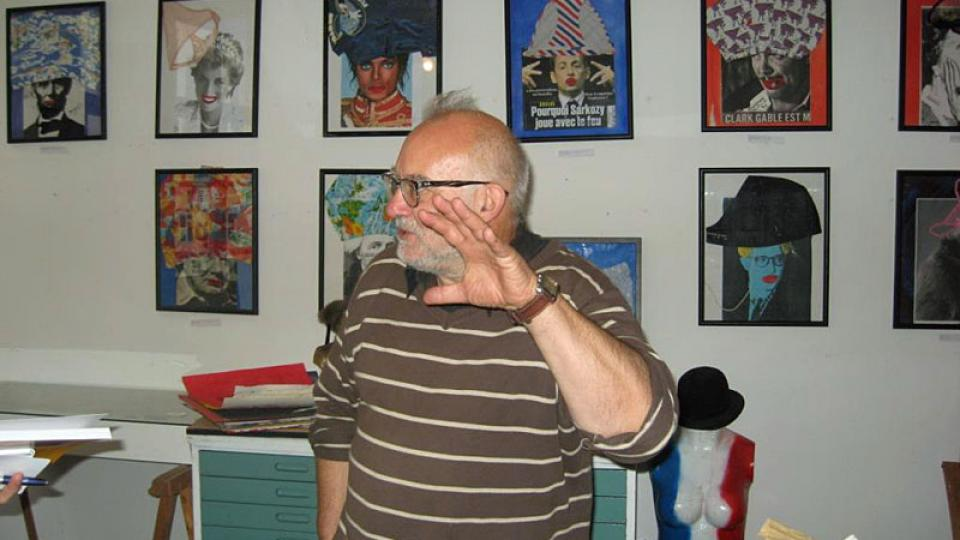 Jan Bucquoy u koláží ze spodního prádla