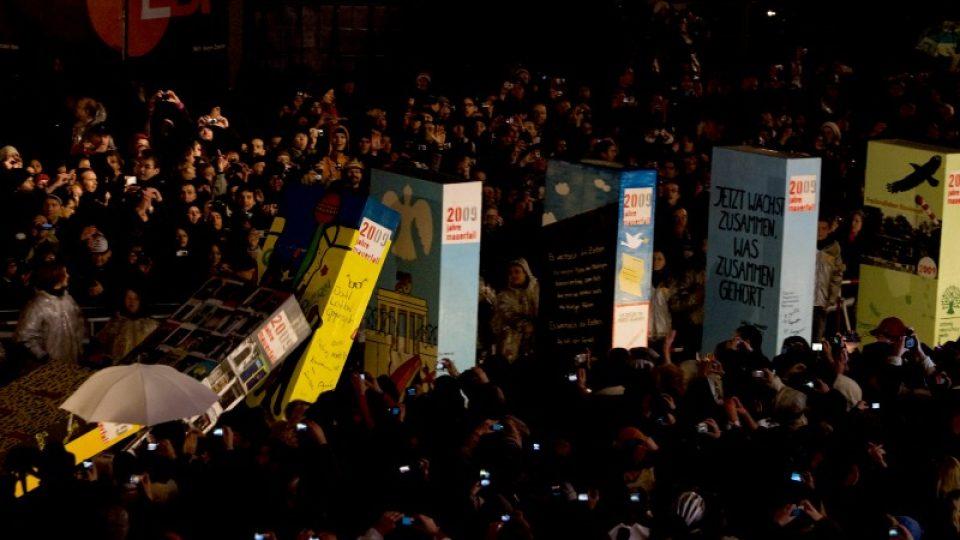 Berlínská zeď z dominových kostek se řítí k zemi