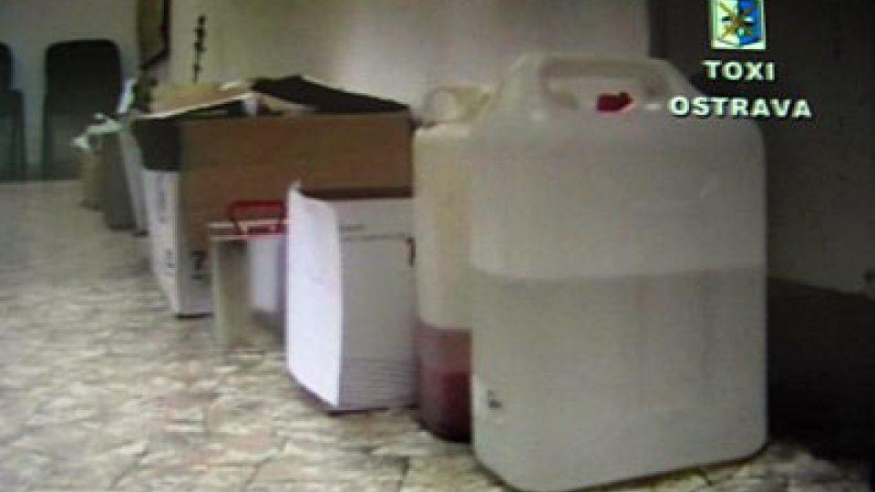 Kanystry zabavené v bytech narkomanů