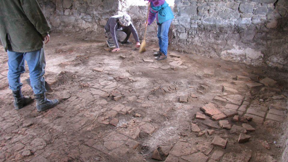 Výzkum původní podlahy druhé brány