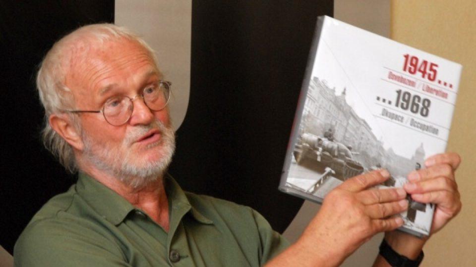 Fotograf Josef Koudelka se svou knihou Invaze 68